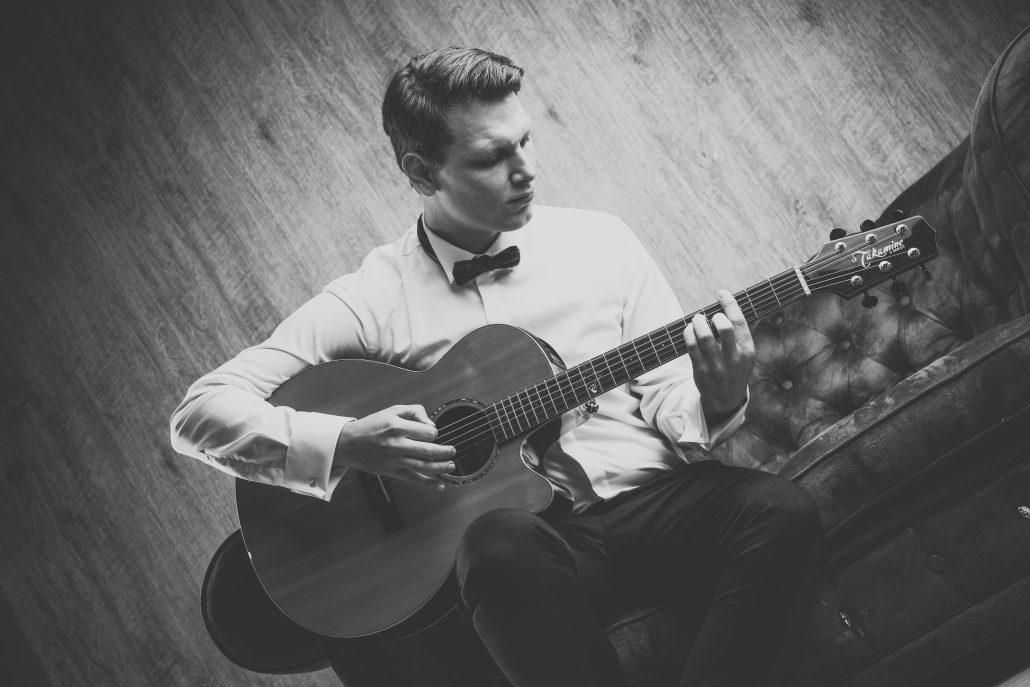 Hochzeitssänger mit Gitarre